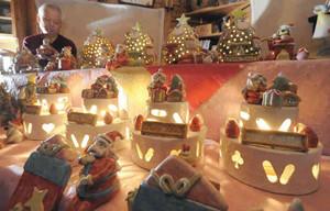 クリスマスケーキやツリーの形をしたランプシェードなどが並ぶ陶房=各務原市各務車洞のかかみ野窯で