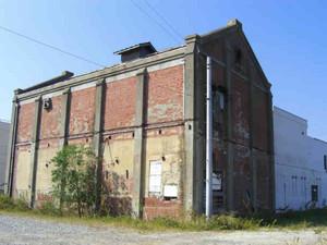 来年1月に解体される旧冷凍冷蔵庫。レトロな趣で「赤煉瓦倉庫」の通称がある=碧南市築山町で
