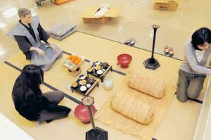世界無形遺産登録を記念して開く「奥能登のあえのこと展」の準備に当たる職員=輪島市文化会館で