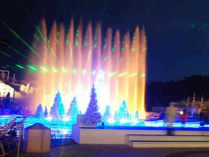 水上ツリーのイルミネーションとともに繰り広げられる噴水ショー=蒲郡市のラグーナ蒲郡で