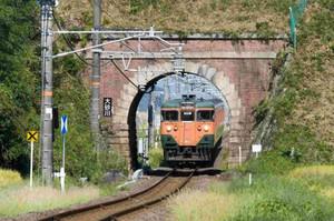 清水薫さん撮影の甲西-三雲間の大砂川トンネルをくぐる113系電車(甲西図書館提供)