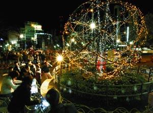 自転車発電で点灯された地球に見立てた巨大オブジェ=6日午後5時53分、掛川駅前で(川戸賢一撮影)
