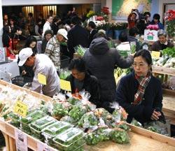 買い物客らでごったがえす「遠江特鮮市場」=浜松市中区の浜松モールプラザ「サゴー」で