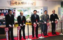 オープンを祝ってテープカットする本田代表理事(右)ら=浜松市中区の浜松モールプラザ「サゴー」で