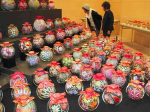 華やかな絵柄を施した「愛知川びん細工手まり」の数々=愛荘町の愛知川びんてまりの館で