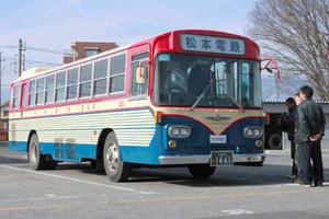 懐かしいデザインで復活した松電の「赤バス」=松本市の松本電気鉄道本社で