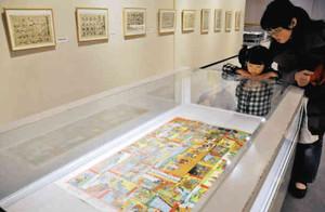 世相を反映したすごろくが並ぶ展示会=安城市歴史博物館