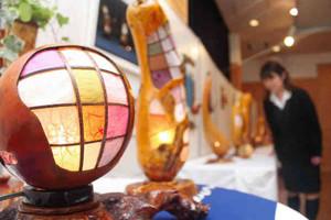 柔らかな光をともすヒョウタンのランプ=木祖村で