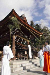 拝殿をすす払いする職員ら=多賀町の多賀大社で