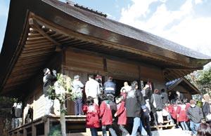 解体修理工事を終えた福満寺薬師堂を見学する人たち=浜松市北区引佐町で