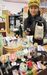 人気の植物性ろうそくや無農薬の玄米、ジャムが並ぶ店内=大津市長等のねこのひたいで