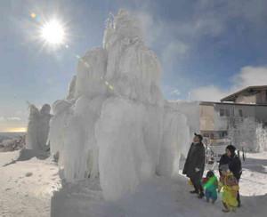 凍てつく寒さの山上に作られた巨大な氷瀑=菰野町の御在所岳で