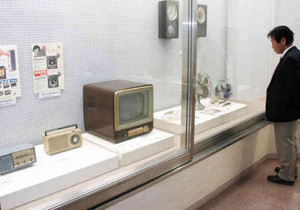 懐かしの家電製品などが並ぶ企画展=弥富市歴史民俗資料館で