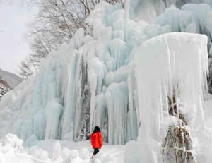 観光客らを楽しませている「氷の渓谷」=高山市丹生川町の飛騨大鍾乳洞で