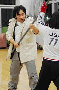 地域の活性化に一役買おうと、演技の練習に励む喜多さん(左)=小松市内で