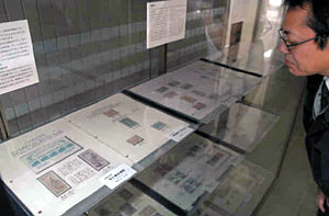 特殊切手など郵便趣味の世界を楽しめる展示=滑川市博物館で