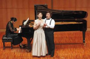 モーツァルトの歌劇「コジ・ファン・トゥッテ」より、美しいアンサンブルを披露する歌手=大津市のびわ湖ホールで