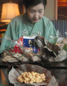平湯温泉の温泉熱を利用して作られた「朴ばる納豆」=高山市奥飛騨温泉郷平湯で