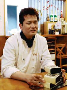 「今後も地元の食材を使った商品を開発したい」と話す竹内さん=知多市新知東町の新栄堂で