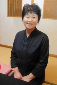 百選に選ばれ、「光栄」と喜ぶ中井君枝さん=敦賀市色浜で
