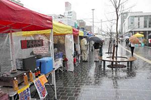 2年ぶりに再開した「越中大手市場」の会場=富山市大手町で