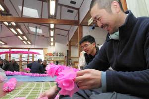 道の駅「美濃にわか茶屋」の一角で開かれている和紙飾りの製作体験会=美濃市曽代で
