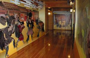 清洲城下のにぎわいを再現するバーチャルウオーク。壁の画像が人感センサーで動く仕組み=清須市の清洲城で