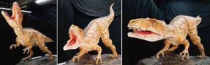 11日から一般公開される「フクイラプトル・キタダニエンシス」のロボット(県立恐竜博物館提供)
