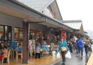 買い物客らでにぎわった道の駅「塩津海道あぢかまの里」=長浜市西浅井町塩津で