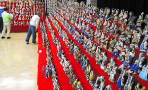 約1500体の土びなが飾られた会場=恵那市明智町で