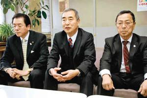 今シーズンの運行計画を説明する高沢部長(中)ら=諏訪市役所で