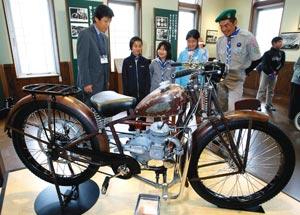 ものづくりの歴史や初期のモーターバイクなどが展示された「本田宗一郎ものづくり伝承館」=28日、浜松市天竜区で(袴田貴資撮影)