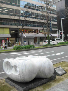 栄町商店街に設置された彫刻作品と5月に芸大サテライトが入るビル=名古屋市中区錦で