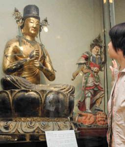 一般公開中の大日如来座像(左)と毘沙門天立像=長浜市の高月観音の里歴史民俗資料館で