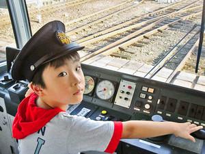熱心に参加した児童には、本物の電車の運転体験も=越前市の福井鉄道北府駅車両基地で