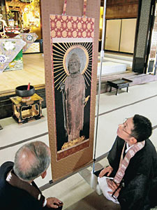 木造阿弥陀如来立像を描いた西陣織の掛け軸=小矢部市新富町で