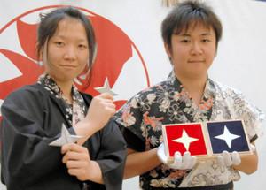 箱に入った純金と純銀の手裏剣(右)、左は競技用の手裏剣=伊賀市の伊賀流忍者博物館で