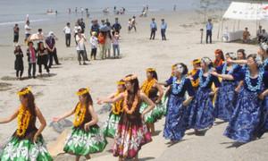 シーズン入りを祝って浜開き式に彩りを添えたフラダンス=南知多町の山海海水浴場で