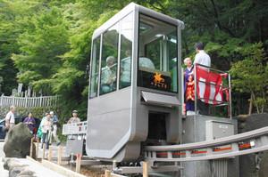 開通式でスロープカーに試乗する関係者ら=犬山市継鹿尾の寂光院で