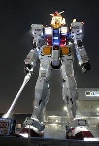 ライトアップされた等身大のガンダム像=6日夜、静岡市葵区のJR東静岡駅北側で