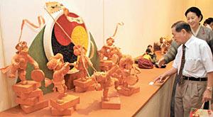 韓紙で作られた農楽の人形などが並ぶ会場=金沢21世紀美術館で