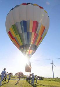 朝日を受け、浮かび上がる熱気球=草津市下物町で