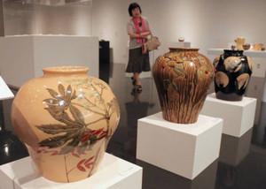 動植物が描かれた陶芸作品=菰野町のパラミタミュージアムで