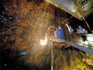 天然のシャワーで涼を楽しむ観光客ら=2日、浜松市北区引佐町の竜ケ岩洞で(川戸賢一撮影)