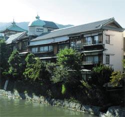 国登録有形文化財指定の旧旅館「いな葉」を買い取って開業したケイズハウス伊東温泉=伊東市で