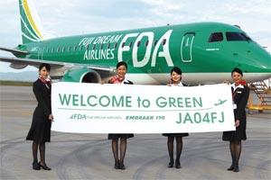 静岡空港に到着したグリーンの4号機をPRするFDAの客室乗務員=静岡空港で