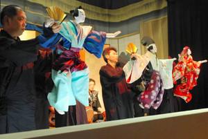 人形3体が見事に舞った「式三番叟」の一場面=瑞浪市日吉町の半原公民館で