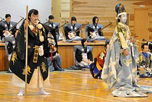 保護者の前で堂々と演技する生徒たち=小松市松東中で
