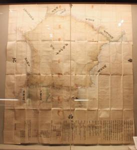山林所有の裁判に使われた「石動山麓村方領境論所之図」=いずれも射水市新湊博物館で