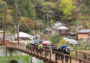 「風のつり橋」の完成式典=豊田市稲武地区の大井平公園で